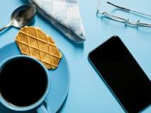 Kaffeepause mit einem intelligenten Telefon stockbild