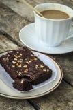Kaffeepause mit Schokoladenkuchen Stockbilder