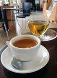Kaffeepause mit Tee in der Kaffeestube Stockbilder