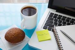 Kaffeepause und Papieranmerkung mit Abschaltzeitmitteilung haften auf Schoss Lizenzfreies Stockfoto