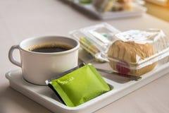 Kaffeepause zwischen Sitzung und Snack auf Teller mit buntem bok Stockbild