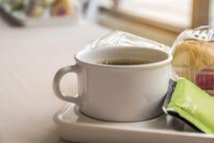 Kaffeepause zwischen Sitzung und Snack auf Teller mit buntem bok Lizenzfreie Stockbilder