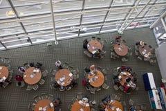 Kaffeepausevernetzung während der Wissenschaftskonferenz Lizenzfreie Stockbilder