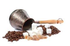 Kaffeepotentiometer, -zucker und -kaffeebohnen Stockfoto