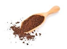 Kaffeepulver im Löffel auf weißem Hintergrund lizenzfreie stockfotografie