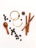 Kaffeeringe und Kaffeebohnen, Sternanis, Zimt und braunes sug Stockbilder