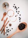 Kaffeeringe und Kaffeebohnen, Sternanis, Zimt und braunes sug Stockfoto