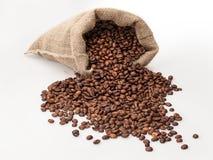 Kaffeesack mit zerstreuten Bohnen Lizenzfreie Stockfotos