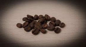Kaffeesamen, gewesen, legend am hölzernen Brett hin Lizenzfreies Stockfoto