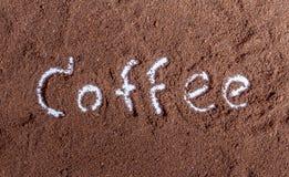Kaffeesatz mit Kaffeetext Stockfoto