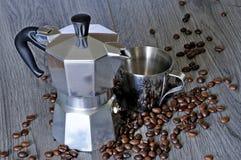 Kaffeesatz Tasse Kaffee-Hersteller und -kaffee Stockbilder