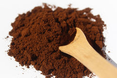 Kaffeesatz und hölzerner Löffel lokalisiert auf Hintergrund Lizenzfreies Stockfoto