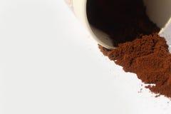 Kaffeesatz und hölzerner Löffel lokalisiert auf Hintergrund Stockfoto