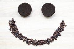 Kaffeesatz- und Kaffeebohnen auf hölzernem Hintergrund, Schönheit und gesundem Sorgfaltkonzept stockbilder