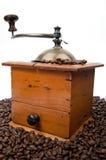 Kaffeeschleifer und -bohnen Stockfotografie