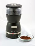 Kaffeeschleifer und frisch geriebene Bohnen Stockfotografie