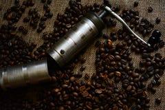 Kaffeeschleifer und Kaffeebohnen Stockfotos