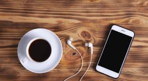 Kaffeesmartphone und -kopfhörer lizenzfreies stockfoto