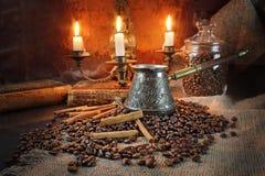 Kaffeestillleben in einem Retrostil durch Kerzenlicht Lizenzfreies Stockfoto