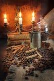 Kaffeestillleben in einem Retrostil durch Kerzenlicht Stockfoto