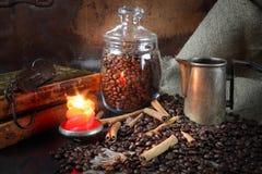 Kaffeestillleben in einem Retrostil durch Kerzenlicht Stockfotos