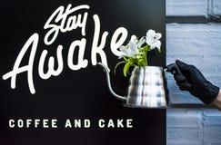 Kaffeestube-Aufenthalt wach Kiew, Ukraine, 22 03 2019 Ein Topf für Vorbereitung des alternativen Kaffees in der Hand mit einem sc stockbild