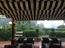 Kaffeestube und Regen Stockbild