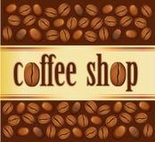 Kaffeestubehintergrund mit Bohnen Stockbilder