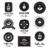 Kaffeestubelogoausweisweinlese-Vektorsatz Hippie und Retrostil Lizenzfreies Stockfoto