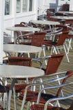 Kaffeetabellen und -stühle stockbild