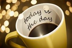 Kaffeetasseüberraschung ist heute der Tag lizenzfreies stockfoto