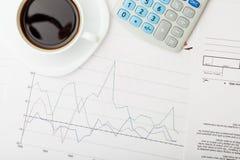 Kaffeetasse über einigen Finanzdokumenten - Ansicht von der Spitze Lizenzfreie Stockbilder
