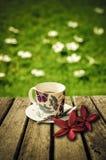 Kaffeetasse auf alter hölzerner Tabelle lizenzfreies stockbild