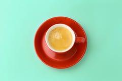 Kaffeetasse auf blauem Hintergrund Ansicht von oben Stockbild