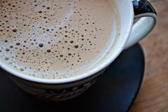 Kaffeetasse auf dem hölzernen Hintergrund Stockfotografie