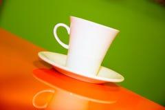Kaffeetasse auf dem orange Grün Lizenzfreie Stockfotos