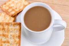 Kaffeetasse auf dem Tisch mit Brotstöcken. Lizenzfreies Stockfoto