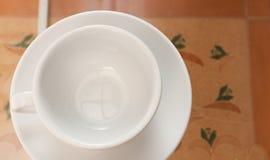 Kaffeetasse auf der Glastabelle stockbilder