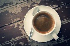 Kaffeetasse auf der hölzernen Tabelle Lizenzfreie Stockfotografie