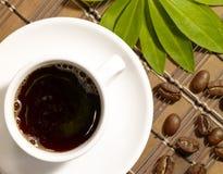 Kaffeetasse auf der Tabelle Lizenzfreie Stockfotografie