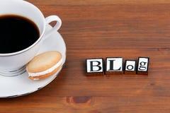 Kaffeetasse auf einem Holztisch und einem Text - BLOG Stockfotografie