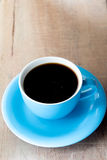 Kaffeetasse auf einer alten Weinleseart des Holztischs Lizenzfreie Stockbilder