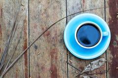Kaffeetasse auf einer alten Weinleseart des Holztischs Stockfoto