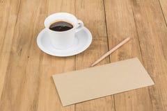 Kaffeetasse auf hölzerner Tabelle Stockbilder