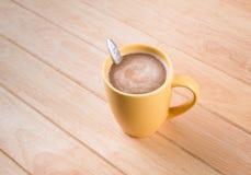 Kaffeetasse auf Holztisch Lizenzfreie Stockfotografie