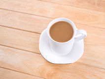 Kaffeetasse auf Holztisch Stockfotografie