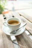 Kaffeetasse auf Holztisch Lizenzfreie Stockbilder