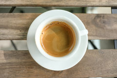 Kaffeetasse auf Holztisch Lizenzfreies Stockfoto