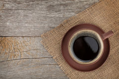 Kaffeetasse auf Holztischbeschaffenheit Lizenzfreie Stockfotos