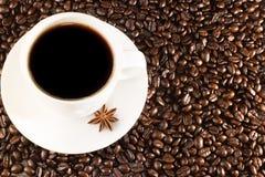 Kaffeetasse auf Kaffeebohnen Lizenzfreie Stockbilder